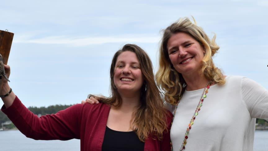 Ugglestipendiaterna Jennifer Wallace och Helene Tivemark med sina sparvugglor