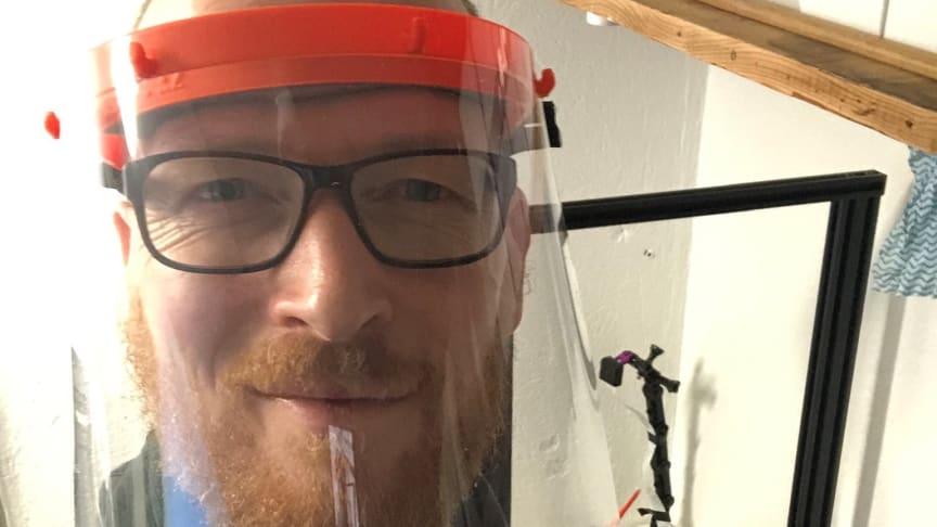 Designer Trond Skår i Trainor gjør fritiden meningsfull ved å printe beskyttelsesutstyr til helsevesenet. Foto: Privat
