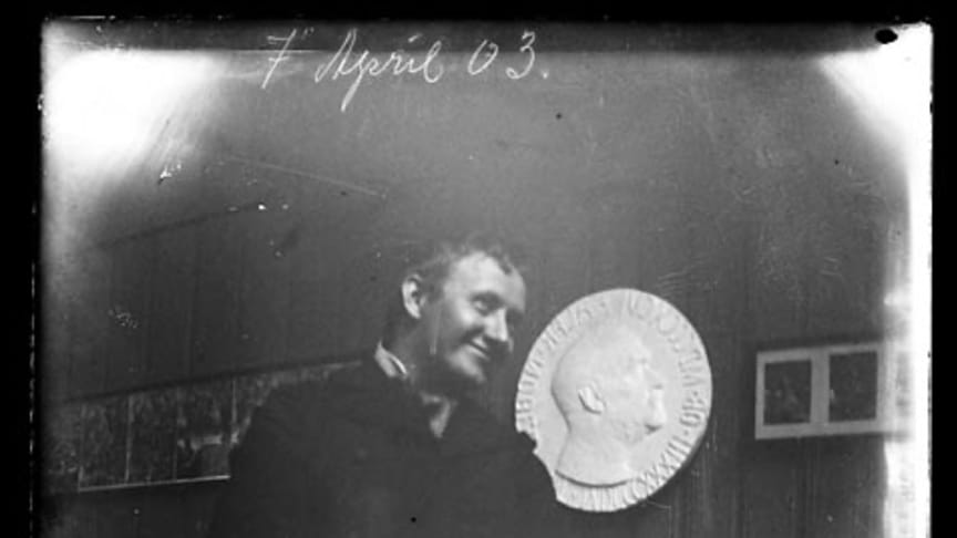 Gustav Vigeland (1869-1943) designed the Nobel Peace Prize Medal. Here in one of very few photos where he is smiling. (Photo: Vigeland Museum)