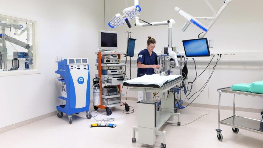 Leg. djursjukskötare Linda Wansölin i den nya moderna operationssalen.