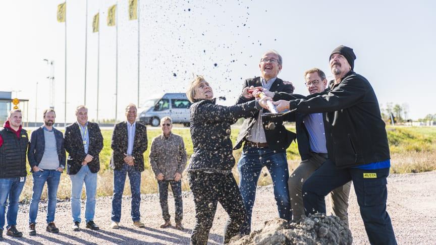 På bilden: Kikki Liljeblad (S), kommunalråd, Norrköpings kommun, Pontus Lindblad, näringslivsdirektör, Norrköpings kommun, Gunnar Cederberg, verksamhetschef inom Norrköpings kommun, samt Lennart Jansson, lagerarbetare, Rusta. Foto: Ristenstrand