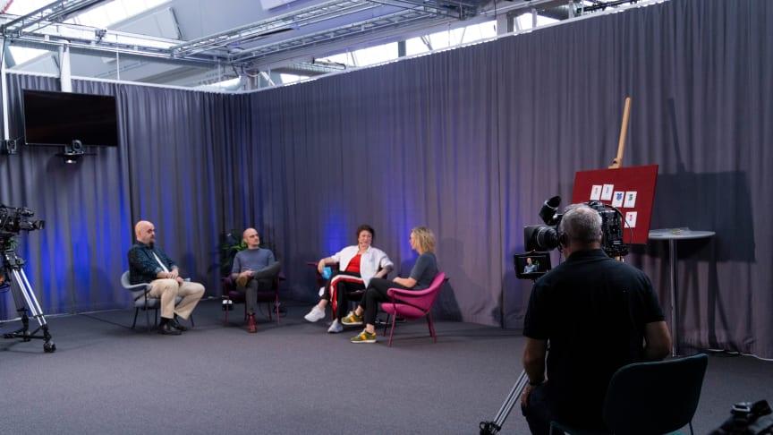 Henrik Engström, Tobias Karlsson och Jenny Brusk pratar om spelforskning tillsammans med programledare Ina Lundström. Foto: Högskolan i Skövde