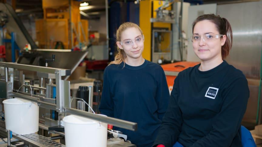 Kiilto Oy:n tuotantotyöntekijät Jonna Hakala ja Jasmine Tenhovuori pitävät  ennakkoluulotonta asennetta ja esimiesten esimerkkiä tärkeinä tekijöinä innostavan työilmapiirin luomisessa.
