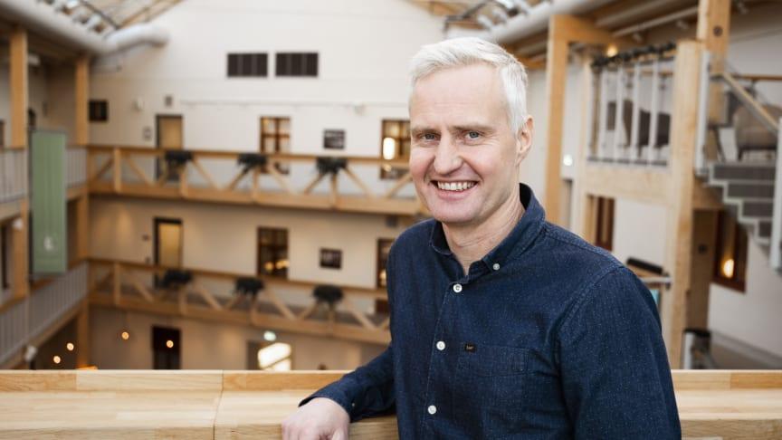 """Nicklas Boström, vd för Multi Channel Sweden, hoppas att den unika flishuggen ska revolutionera massaindustrin. """"Genom att ha en jämnare skärhastighet får du mindre spill, vilket gör att du kan använda en större del av råvaran""""."""