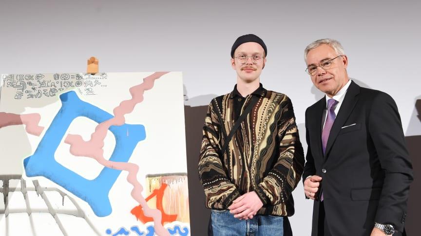 apoBank-Chef Ulrich Sommer gratuliert dem Kunststudenten Tom König zum Stipendium der Bank.