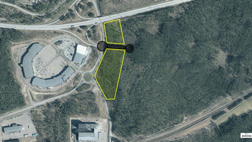 Det gulmarkerade området längst ned visar var bygghandel och idrottshall ska ligga. Området längst upp visar var en drivmedelsstation kan ligga. De svarta cirklarna och strecket visar cirkulationsplatser och bilväg.