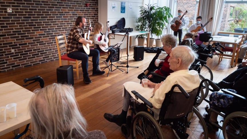 Thomas Winthereik, guitarlærer på Ballerup Musik- og Kulturskole, optræder sammen med sine elever for beboerne på Plejecenter Lundehaven
