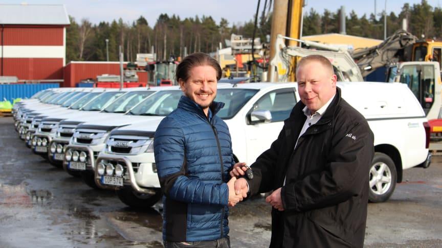 Fredrik Westerfelt, vice VD Rosenqvist Entreprenad, tar emot leveransen av de 14 bilarna från Stilbils affärsansvarige Pierre Tumle.