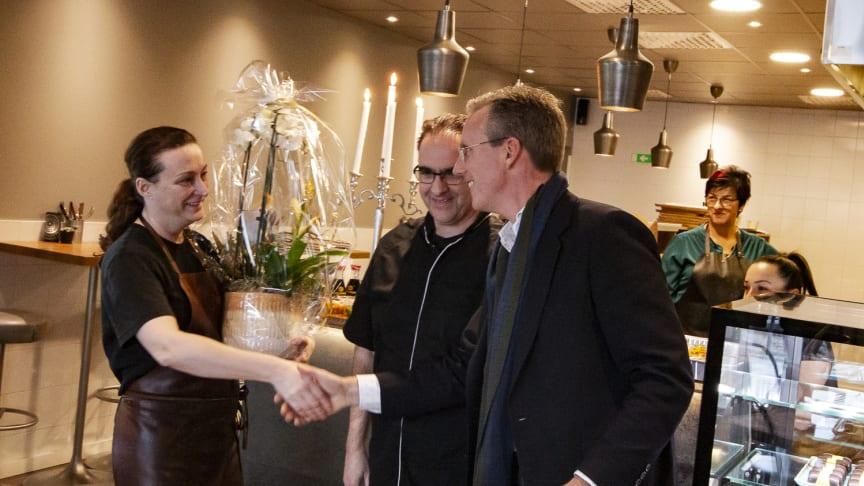 Skåneporten Fastigheters VD Andreas Meyer gratulerar makarna Suzanne och Igor Bistricic.