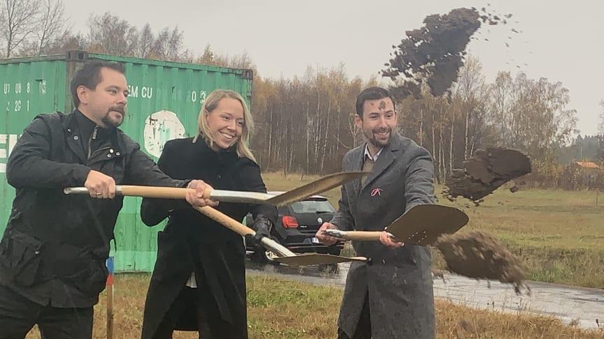 Gustav Edvinsson (ordförande i Samhällsbyggnadsnämnden), Josefin Kjellberg (blivande boende i kvarteret) och Lars Bonander från