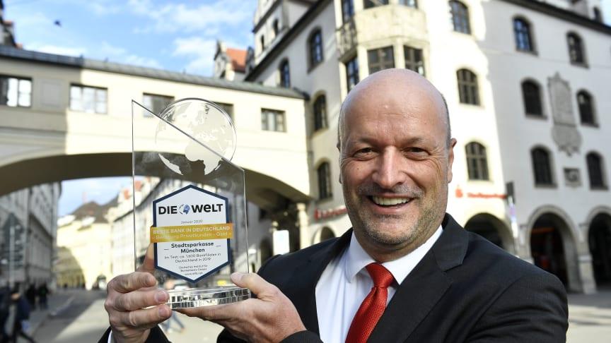 Ralf Fleischer, Vorstandsvorsitzender der Stadtsparkasse München freut sich über die Auszeichnung für die deutschlandweit beste Privatkundenberatung, die sein Haus bietet.