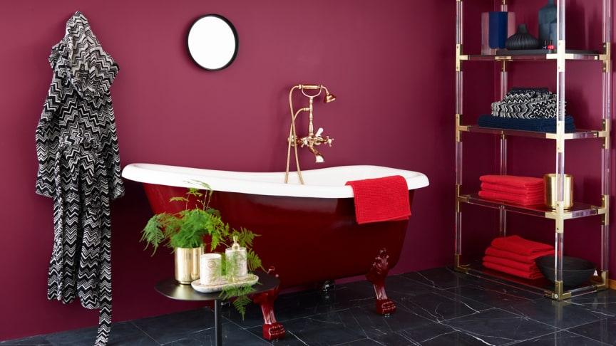 Badet er malt i fargen Cosmopolitan FR1194, som gir en dramastisk og luksuriøs start på dagen.