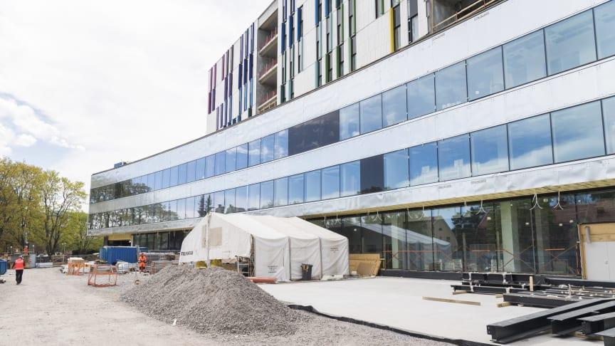 Uuden lastensairaalan työmaalla keskitytään nyt sisätöihin ja talotekniikan asennustöihin sekä julkisivuverhoustyöhön. Sisällä sairaalassa tehdään maalaus-, laatoitus-, lattiapinnoitus- ja alakattotöitä sekä väliovi- ja potilaspaneeliasennuksia.