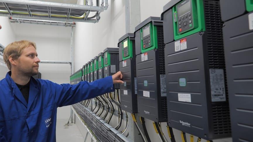 Smarte frekvensomformere styrer pumpene i Lerøy Sjøtroll RAS-anlegget på Kjerelva, Stord.
