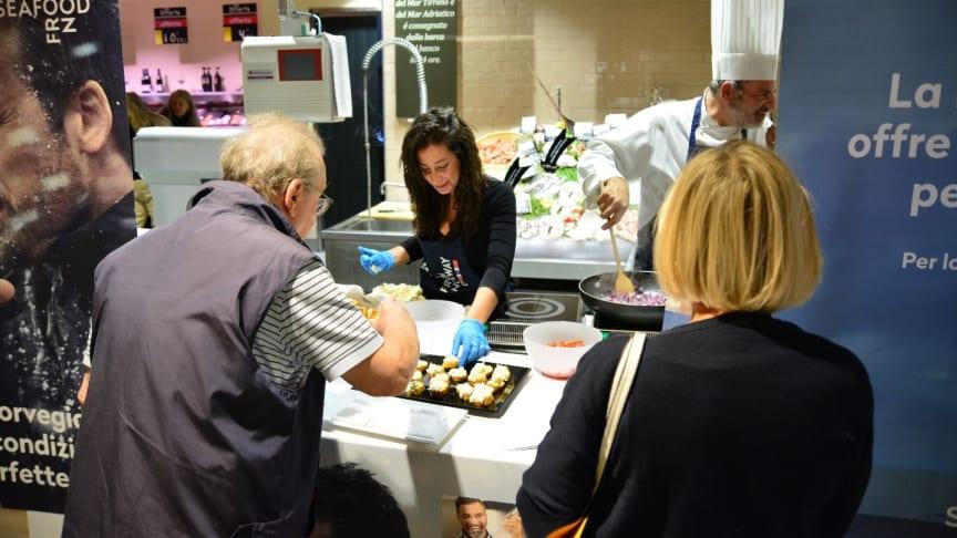 Italienere poppet fredag gledelig innom for en smaksprøve på Carrefour i Napoli, der tørrfisknæringen og Sjømatrådet har gående tørrfiskkampanje.