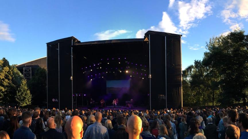 Øyafestivalen i Oslo har fått ekstra mobilkapasitet når tusenvis av musikkglade mennesker ankommer Tøyenparken. Foto: Tormod Sandstø