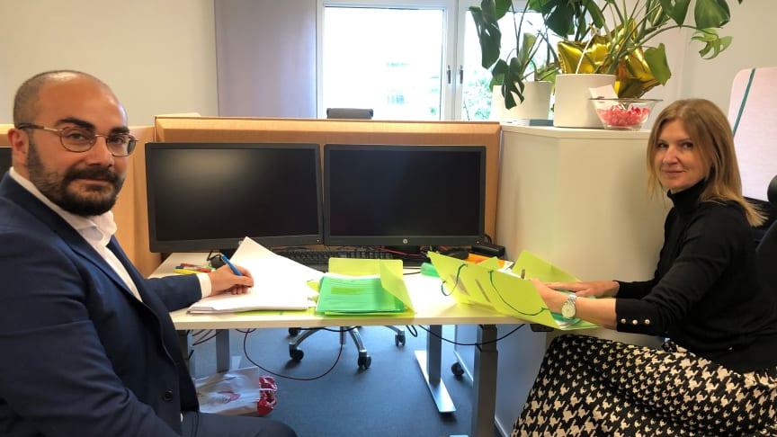 Skånetrafikens Saman Tondnevis, affärsområdeschef, och Maria Nyman, trafikdirektör,  signerar två nya bussavtal som startar i december 2022.