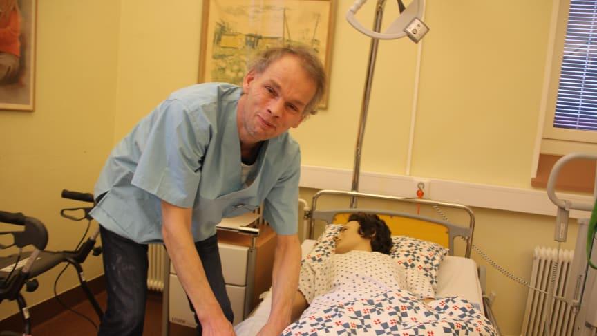 Magnus Bengtsson har möjlighet att ha praktiska studier i skolans egen sjukhussal där man försöker efterlikna verkligheten.  Taktil massage är något som Magnus har märkt är bra för både unga och gamla. Beröringen gör att eventuell oro dämpas.