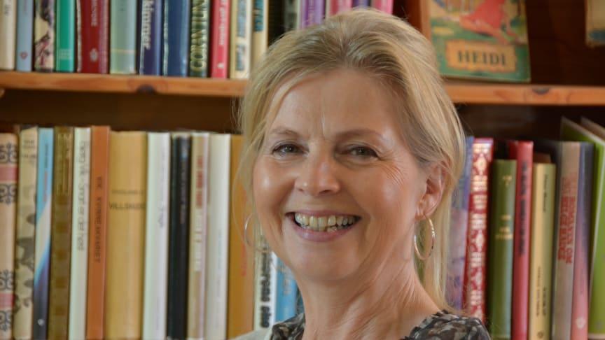 Forfatter Anne Karin Fonneland med bok om Olav H. Hauge og klimakrisa