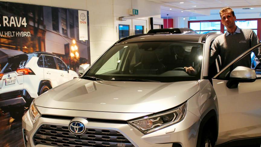 Svolvær: Bilselger Trond Hardy hos Nordvik er klar for lansering av nye RAV4 Hybrid.