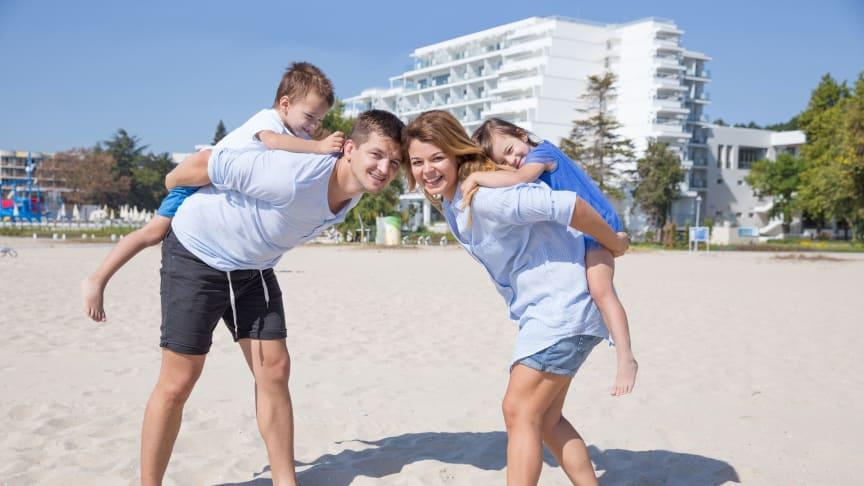 Familienspaß im feinsandigen Privatstrand direkt am neuen Maritim Hotel Paradise Blue Albena.