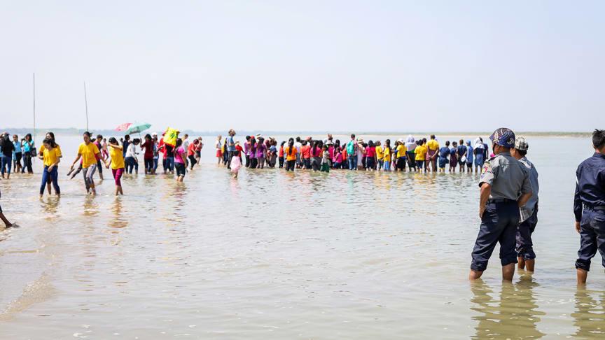 Foto: Unfiltered Communications. Polis bevakar ett dop i Sydostasien. Rapporten bygger på underlag från 29 länder och innehåller fördjupande exempel om hur demokrati och religionsfrihet samspelar i Asien, Europa och Afrika.