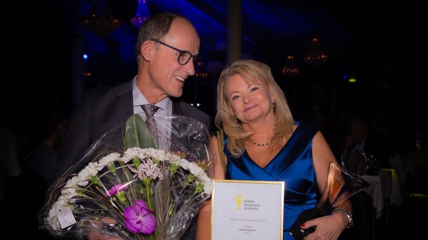 Maud Spencer vann priset som Årets Företagare. Med på bild är Jan-Eric Sandberg från Företagarna. Foto: Mikael Sundkvist, P-town.