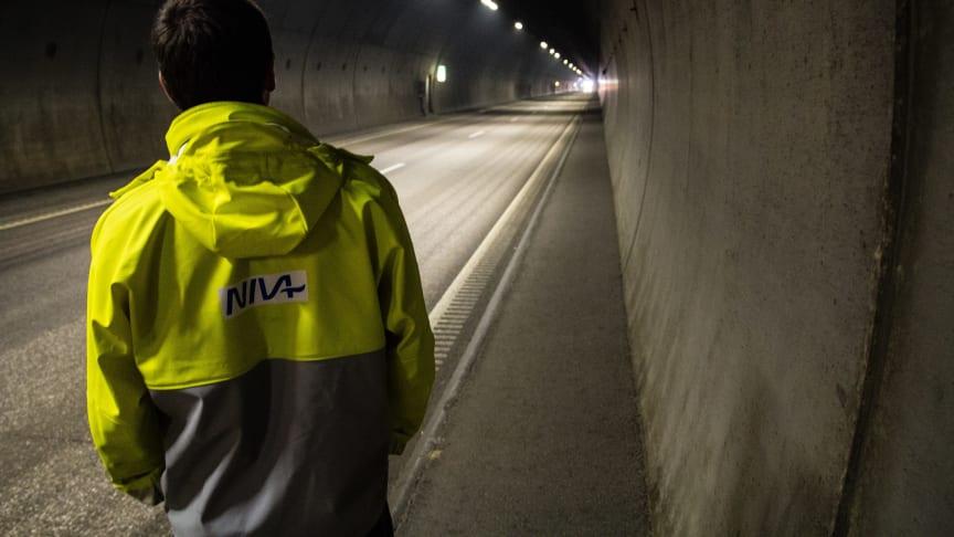 Forskerne avdekker  miljøgifter i vaskevannet som brukes i tunellrenhold (Foto: Max Lotternes, NIVA).