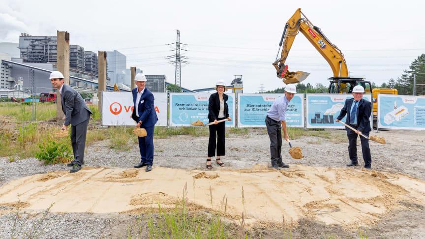 Symbolischer 1. Spatenstich: Veolia investiert in Boxberg / O.L. 10 Millionen Euro in eine Anlage, in der ab 2022 jährlich bis zu 50000 Tonnen Klärschlamm mit der Restwärme aus dem Kraftwerksbetrieb der LEAG getrocknet werden sollen.
