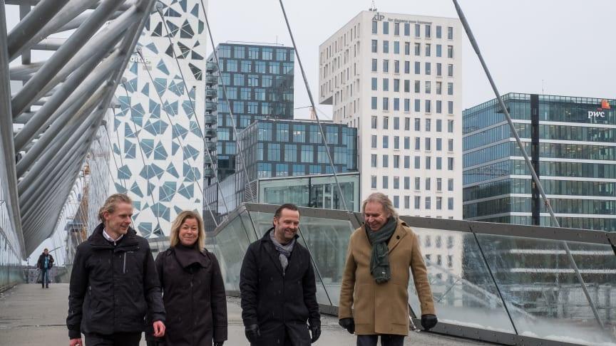Partnere i AART, Torben Skovbjerg Larsen og Anders Strange, sammen partnere i SJ arkitekter, Svein Jacobsen og Anne Sudbø. I baggrunden kan man se Barcode, der er et af SJ arkitekters prestigefulde projekter på havnefronten i Oslo.