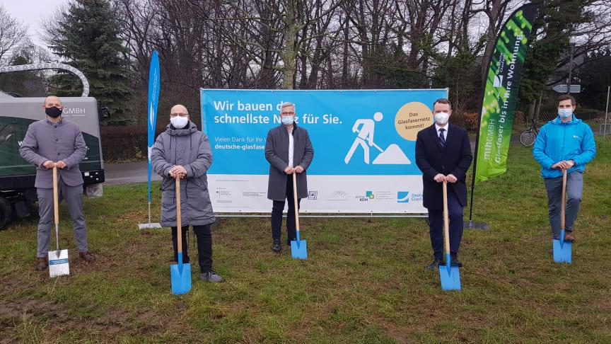Von links: Andreas Römer (atene KOM), Bertram Schmidtke (Breitbandkoordinator Stadt Hagen), Erik O. Schulz (Oberbürgermeister), Gunther Schwab (Geschäftsleiter Förderprojekte Dt. Glasfaser) und Johannes Ludwigs (Projektleiter Dt. Glasfaser)