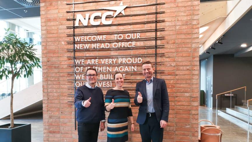 Storkundchef Stefan Karlsson, Charlotte Wikner, inköpsansvarig NCC, och Dag Kroslid, VD NorDan AB, ger det förnyade samarbetet tummen upp.