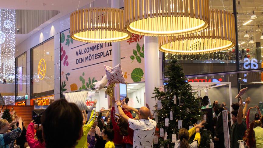 Flashmob Kungens kurva den 7 december kl 12.00. Foto: Panorama UF