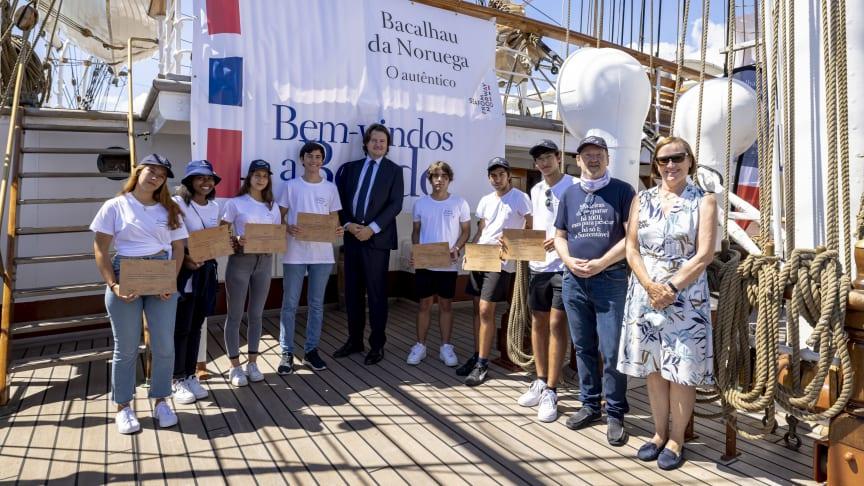 Studentene ombord Statsraad Lehmkuhl sammen med statssekretær JensFrølich Holte, ambassadør tove Bruvik Westberg og sjømatutsending Johnny Thomassen.