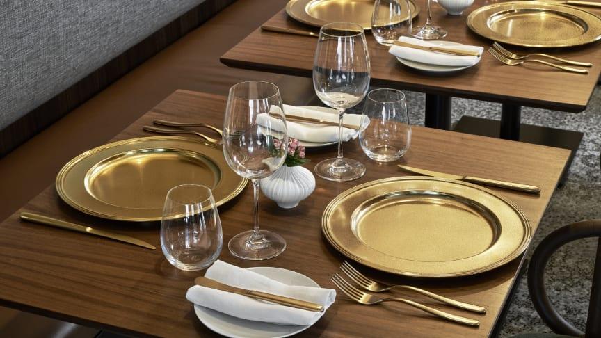Glanzpunkte zu Tisch: die neue Sambonet Veredelung Diamond schenkt Besteck oder Platztellern einen einzigartigen schimmernden Look.