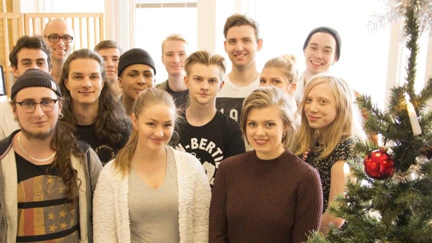 """Upphovspersonerna bakom """"We Are Christmas"""" - 20 låtskrivare och musikproducenter. Längst bak till vänster: Carl Utbult, lärare på Musikhögskolan Ingesund"""