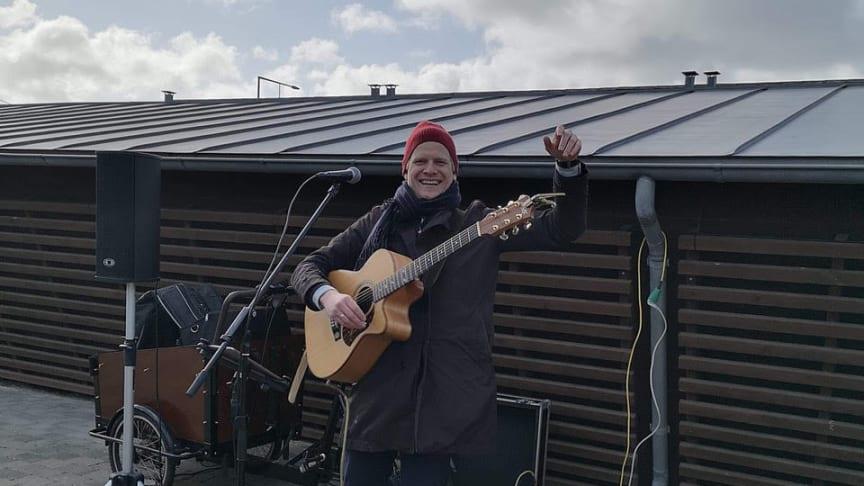 Projektleder og musiker Jens Jepsen synger gårdsang