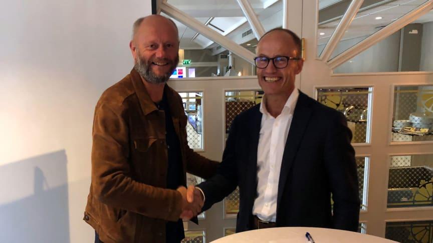 Adm.dir. Stein Lier-Hansen i Norsk Industri og adm.dir. Nils Kristian Nakstad i Enova undertegner samarbeidsavtale under Arendalsuka.