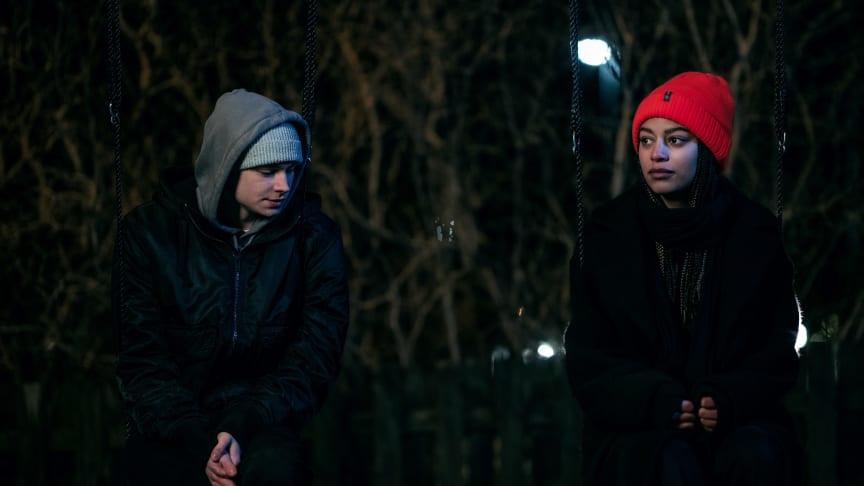 Skådespelare Anton Forsdik och Adja Krook från UR:s dramaserie Dör för dig om våld i ungas parrelationer. Foto: UR.