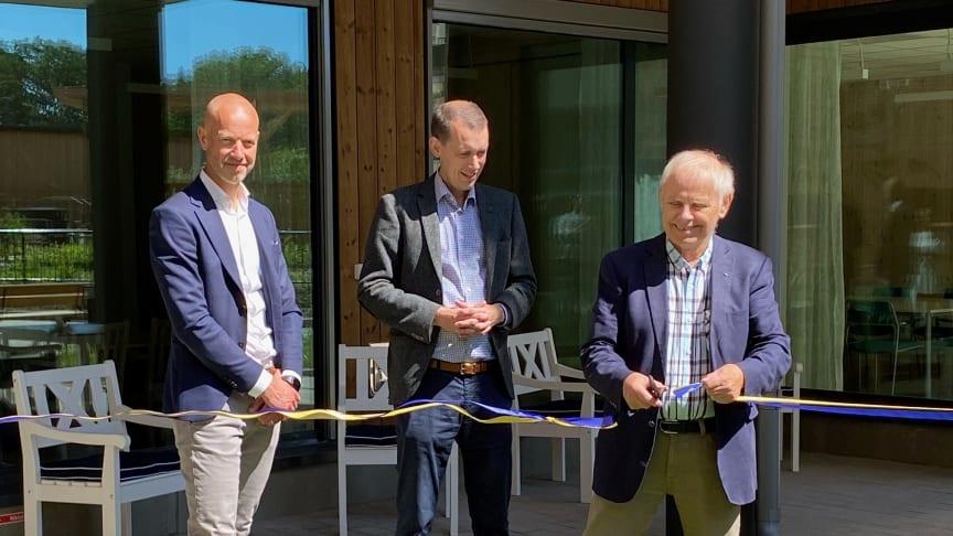 På bilden: Jens Almcrantz NCC, Jesper Brandberg och Bengt-Åke Nilsson som klipper band vid invigningen av Öster Mälarstrands äldreboende.