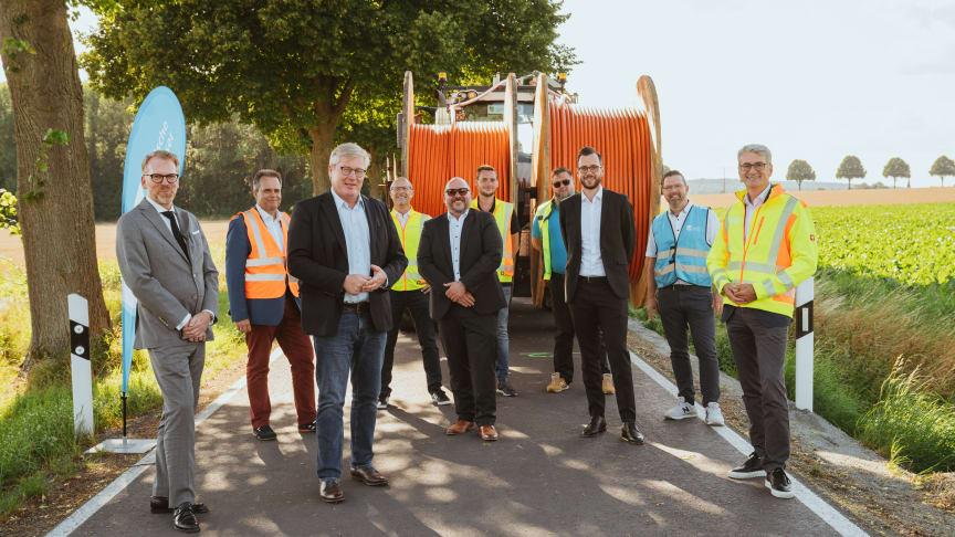Niedersächsischer Wirtschaftsminister Dr. Bernd Althusmann besichtigt Glasfaserbaustelle u.a. mit Vertretern von Deutsche Glasfaser und der Firma Layjet. (MW/Jasper Ehrich Fotografie)