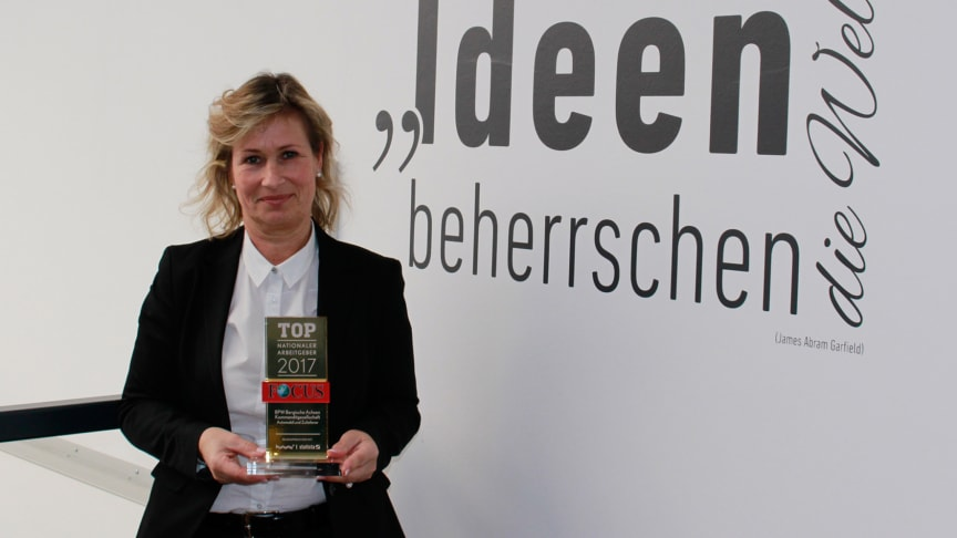 Barbara Höfel, Member of the Executive Board, HR at BPW, is pleased to receive the award from the news magazine FOCUS.