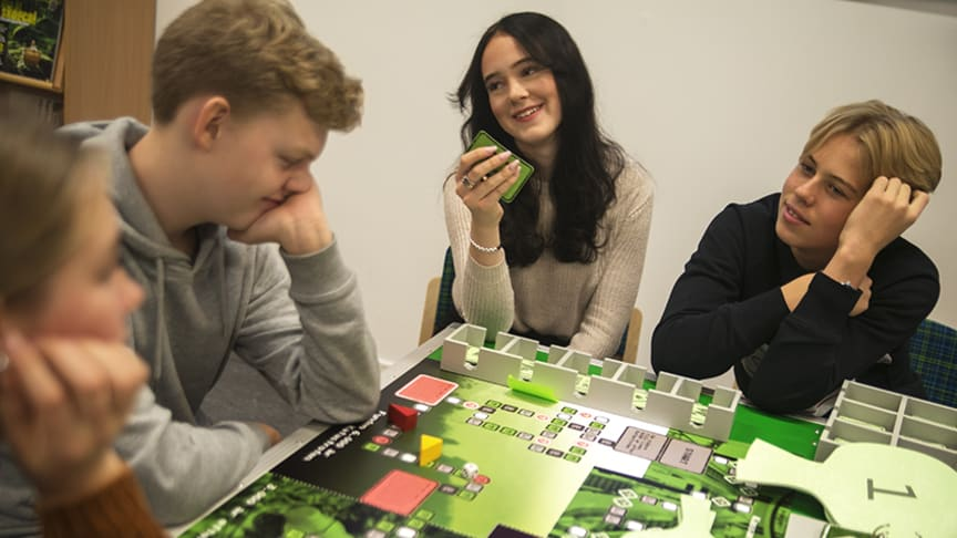 Elever som deltar i spelet Sensationella gravfynd från plaståldern - en framtidsexpedition. Fotograf: Nina Hellström