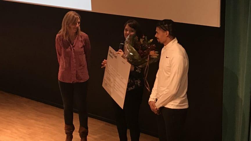 Janna Hellerup Ulvselius och Michel Tornéus tar emot stipendiet av Birgitta Hultfeldt, Idéer för livet