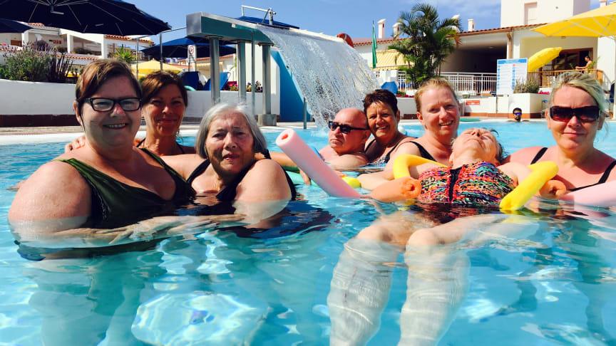 Det blev til mange dejlige ture i swimmingpoolen på Tenerife for de 11 beboere og 12 personaler fra Langagergård Plejecenter. Foto: Langagergård Plejecenter.