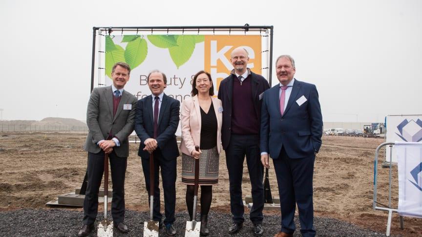 Christian Jebsen (CEO Kebony), Philippe Muyters (Flämischer Minister), Ingrid Schulerud (Norwegische Botschafterin), Thomas Hoegh (Direktorium Kebony), Marc Van de Vijver (Bürgermeister Beveren)
