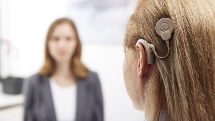 Wem selbst Hörgeräte keine ausreichende Hilfe mehr bieten, dem können Hörimplantate ein Leben in der Welt des Hörens ermöglichen (Foto: Initiative www.ich-will-hören.de)