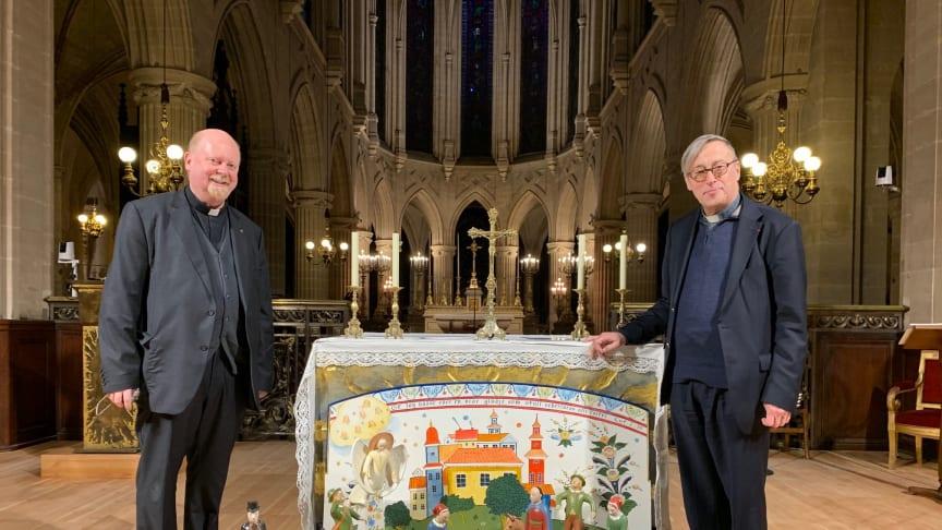 Pascal René Lung från Stockholms katolska stift tillsammans med Patrick Chauvet, domprost från Notre Dame.