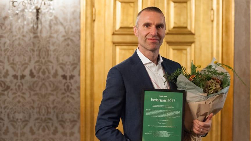 Sysavs miljöpedagog Rustan Nilsson med Region Skånes hederspris 2017. Foto: Eva Kronfält Thorvinger