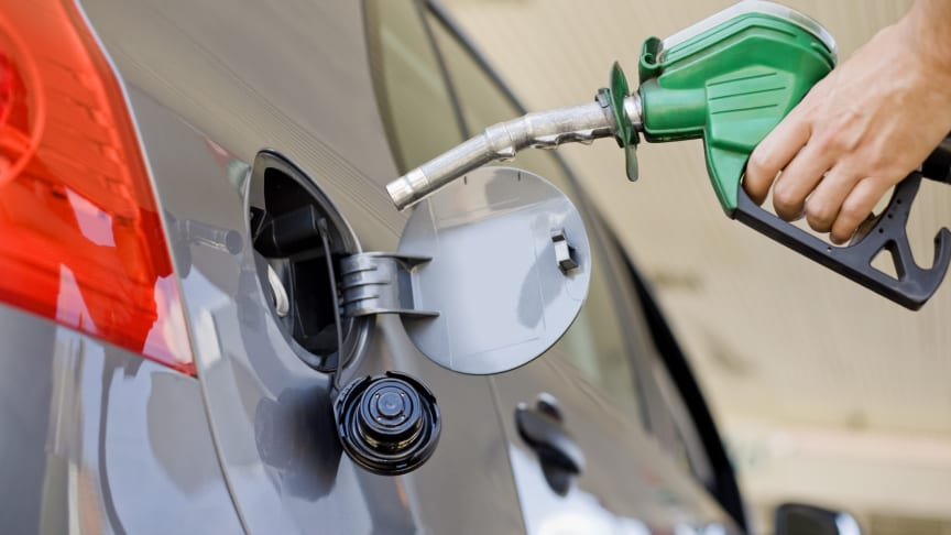 RAC calls on fuel retailers to cut prices after oil price tumbles
